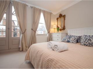Chic 2 bed, 2 bath with garden in Parsons Green, Fulham, London