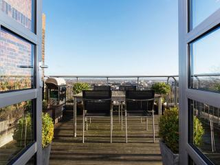 A luxurious two-bed penthouse on a quiet street in Wimbledon, with fantastic views across London., Londres