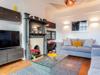 A beautiful family home with three bedrooms in Queen's Park., Londres