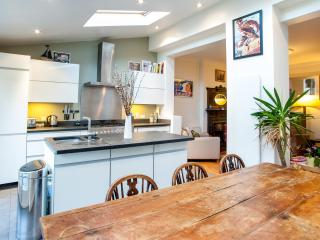 A fantastic four-bedroom family home in friendly Crouch End., Londen