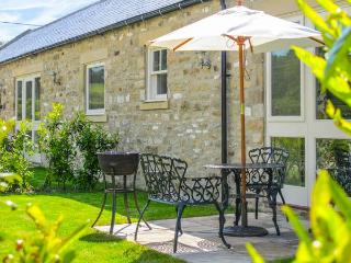 MILL COTTAGE, stone-built, en-suite, countryside setting, romantic retreat, hot tub, near Richmond, Ref 912544, East Layton