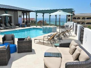 Gorgeous condo at the Waterhouse, short walk to beach, rooftop pool and hot tub - Sea Breeze at Waterhouse, Alys Beach