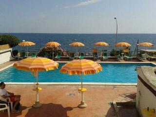 panoramico villino a schiera fronte mare + piscina