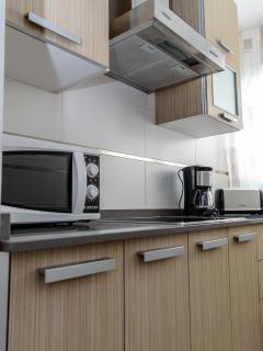 Cocina equipada con todos los electrodomésticos: frigorífico, microondas, lavadora,...