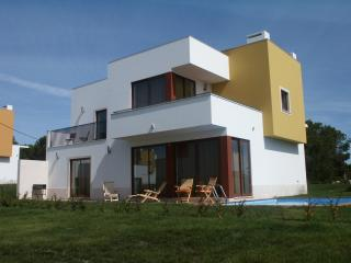 Villa da Lagoa with private pool. Walk to lagoon, Obidos