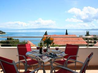 Spacious comfortable apartment, great terrace view, just 150m from the beach