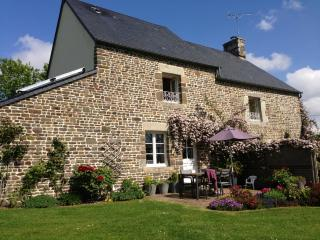 High standard cosy stone built holiday cottage, Villedieu-les-Poeles