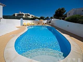 Spacious 5 bedroom villa in Carveiro with pool.