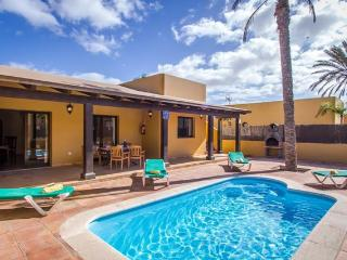 Vila with private swimming-pool close to center, Corralejo