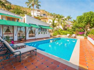 3 Blocks to Town, 1 Mile to Beach: Villa Carolina 3 BR