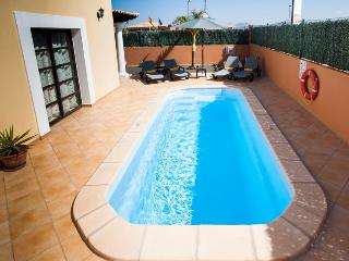 Villa with private swimming Pool & Golf, Corralejo