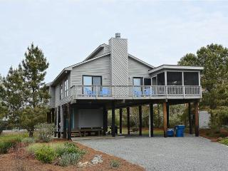 Fully equipped 4 bed, 2 bath home - 1 block to the beach, Cedar Neck