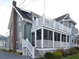 Lovely 5 bedroom, 4 bath home plus den - 1/2 block to the beach!, Bethany Beach