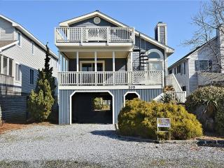 1.5 Blocks to the beach - beautiful 5 bedroom 4 bath house with loft., Bethany Beach