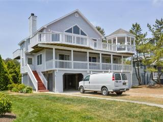 Lovely oceanblock, 6-bedroom, 3-bath home., Cedar Neck