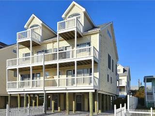 Beautiful 4 bedroom townhouse 1/2 block to the beach. Great views of the ocean and sunsets!, Cedar Neck