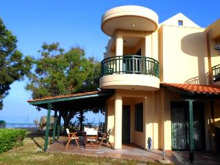Cottage with garden 10 steps from sandy beach., Nikiti