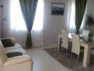 Kiki Apartment Two, Mastrinka