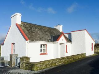 PAKES COTTAGE, detached, WiFi, close to coast, sea views, pet-friendly, Liscannor, Ref 931234