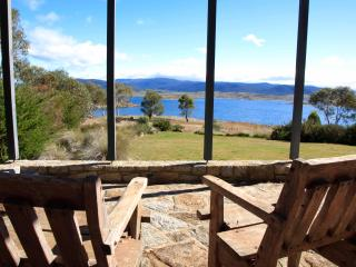 Edzell - lakefront house with stunning views, Jindabyne