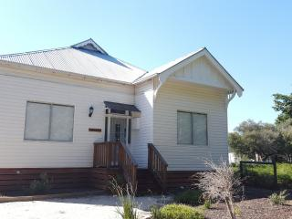 Great old house near Lake Victoria & 90mile beach, Loch Sport