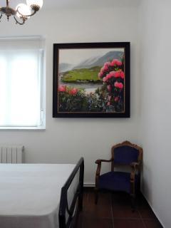 Dormitorio con cama de 1,35 cm y cómoda amplia. Luminoso y silencioso.