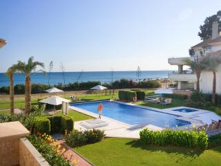 1st Floor luxury beachfront,sea views, heated pool