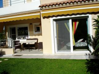 Luxury apartment with a private courtyard and BBQ., Porto Rafti