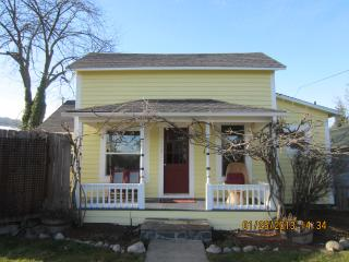 Walk To Town From This Charming, Updated Cottage!, Ashland