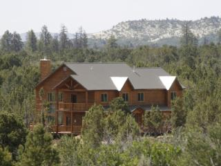 Large Cabin Near Zion NP 3,000+SF, Great for Family Reunions