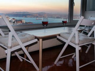 Flat with Stunning Bosphorus View @Decent Location, Estambul