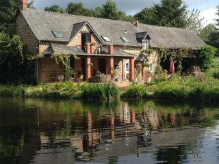 Weeping Willow Cottage, peaceful, private lake., Gorron