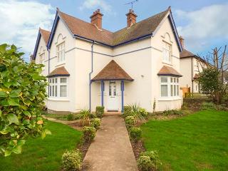 LILY HOUSE, detached and spacious cottage, woodburner, WiFi, enclosed garden, close to beach, Minehead, Ref 922415