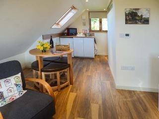 THE HAY WAIN, studio apartment, village location, walks and cycling nearby, in