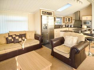 8 MISTY BAY detached lodge on Tattershall Lakes Country Park, en-suite, hot