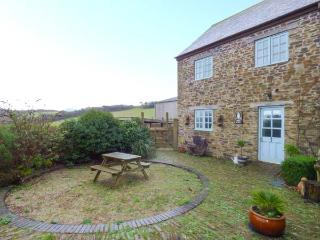 OWLS ROOST, barn conversion, off road parking, shared courtyard with swim spa, in Gorran Haven, Ref 917430