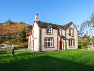 THE FARM HOUSE, pet-friendly house with hot tub, en-suites, BBQ hut, games room, WiFi, Llangollen Ref 916979