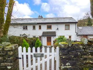BUMBLEBEE COTTAGE, end-terrace riverside cottage, woodburner, parking, gardens, in Crosthwaite, Ref 924558