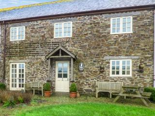 FOXES DEN, barn conversion, en-suites, parking, shared courtyard with swim spa, in Gorran Haven, Ref 933170