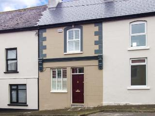 THE TOWNHOUSE, mid-terrace, solid-fuel stove, WiFi, patio, close to local amenities, in Kilmihil, Ref 933171, Killimer