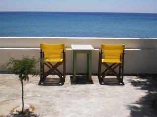 LIVING ON THE SEA SAMOS BEACH APARTMENT, Marathokampos