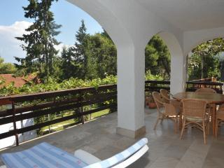 Rosemary one bedroom, huge terrace, pool view, Splitska
