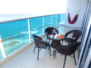 Great sea view, large balcony, pool, beachfront, steps to Old City!
