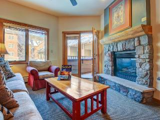 Cozy lodge-style condo close to slopes w/hot tub & pool!, Keystone