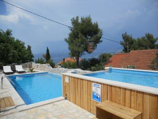 Rosemary one bedroom, huge terrace, pool view, Splitska