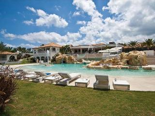 Luxurious 6 bedroom villa with staff, gym, private pool and beach