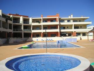ALGARVE APARTMENT - pool, close to beach, UK television channels, free Wi-Fi, Lagos