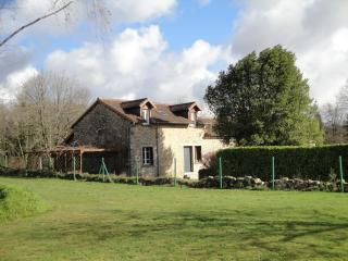House sleeps 6-8, large swimming pool, N Dordogne