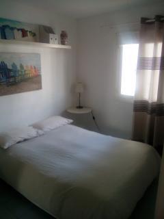 Double size bed in the bedroom. Comfortable and unnoisy / Cama de matrimonio en el dormitorio