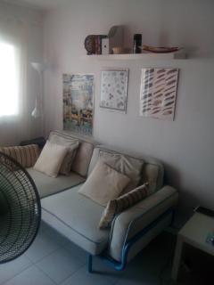 Living room with wide and comfortable sofa / Salón con sofá amplio y cómodo
